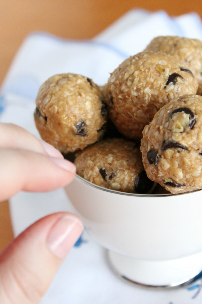 Peanut Butter Oatmeal Chocolate-Chip Energy Bites